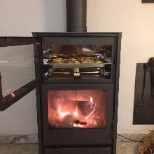 Nueva estufa de leña 12 Kw, con horno para cocinar.